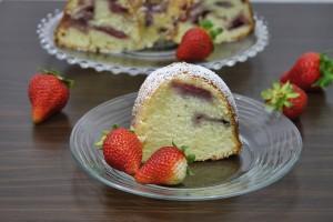 Strawberry bundt cake/Chec umed cu capsuni